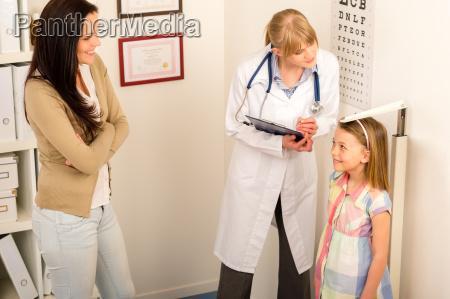 medizinischen check up an kinderarzt maedchen