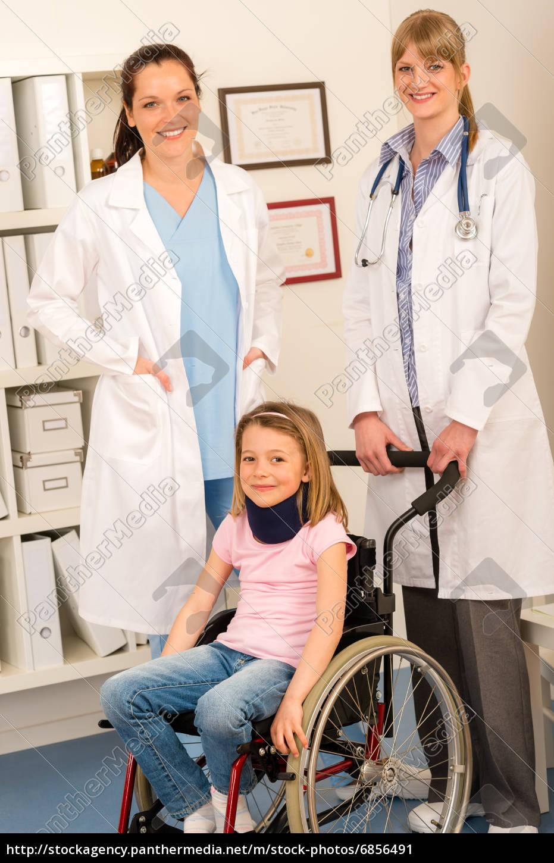 Mädchen Auf Rollstuhl Get Arzt Hilfe Stockfoto 6856491