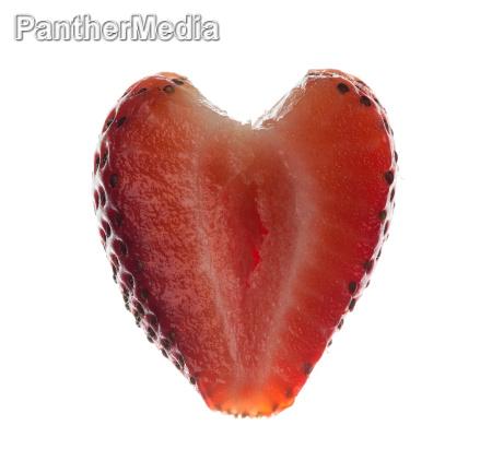 frisch geschnittene erdbeere in herzform