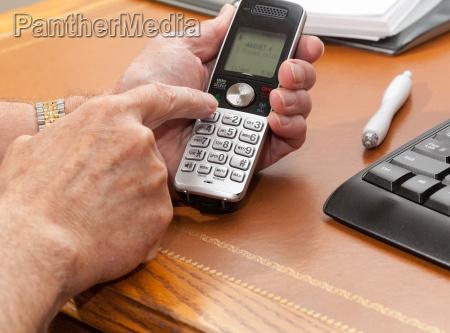 mann der sich von drahtlosem telefon