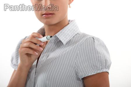 eine geschaeftsfrau mit einem filzstift