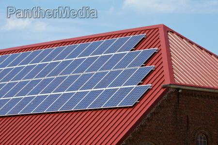 photovoltaikanlage montiert auf dem dach eines