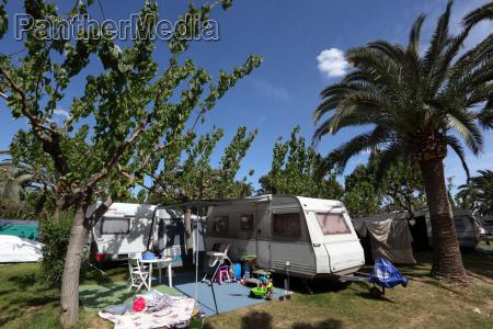 caravan auf einem campingplatz in spanien