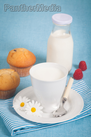 gesunde ernaehrung mit frischer milch und