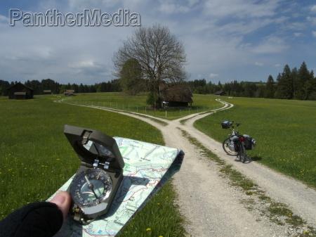 mit karte und kompass radtour in