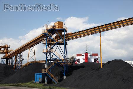 schwarze kohle im industriehafen