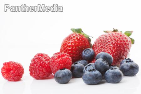 himbeerenblaubeeren und erdbeeren koestliche fruechte