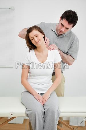 ruhige frau die einen schmerzhaften hals