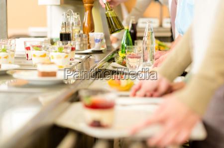nachtisch in der cafeteria selbstbedienungskantine