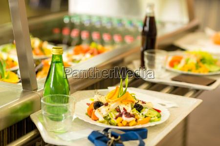 kantine serviertablett gesunde lebensmittel frischem salat