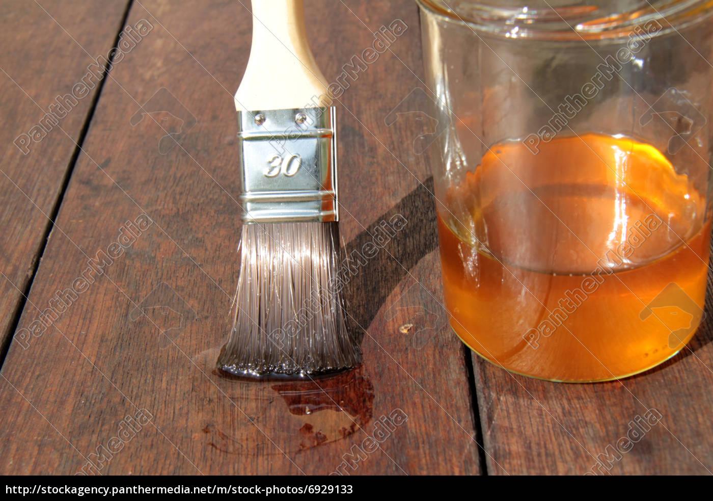 holz mit leinöl ökologisch bearbeiten - stockfoto - #6929133
