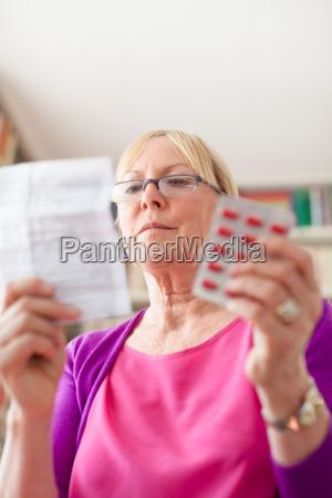 mujer mayor con pildoras de medicacion