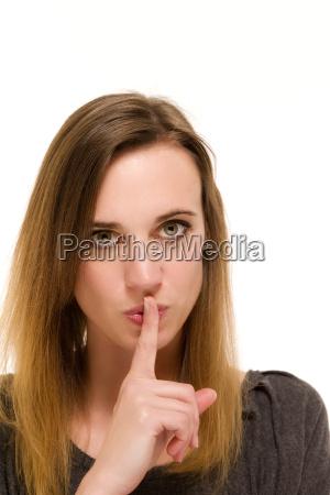 frau haelt finger an den mund
