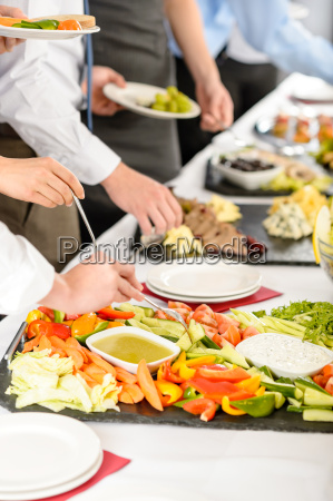 forretning catering folk tager buffet mad