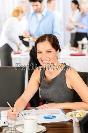 geschaeftsfrau arbeit waehrend catering buffet