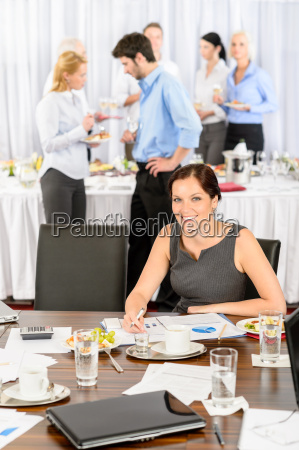 geschaeftsfrauarbeit waehrend catering buffet