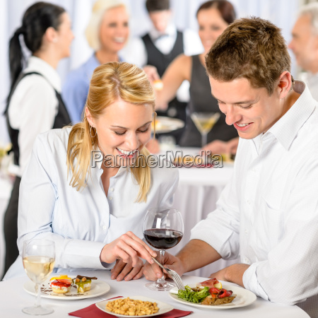 gastronomie firmenveranstaltung jungen kollegen essen