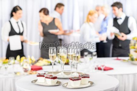 desserts und champagner fuer die meeting