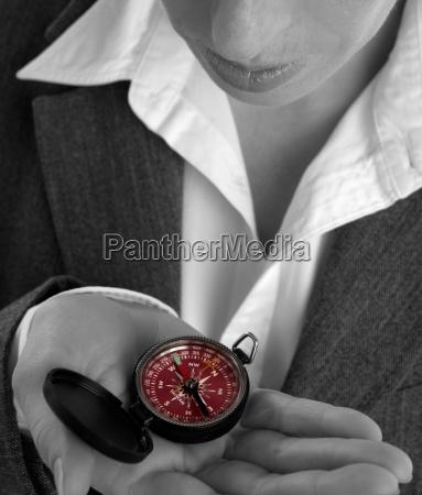 geschaeftsfrau mit kompass in der hand