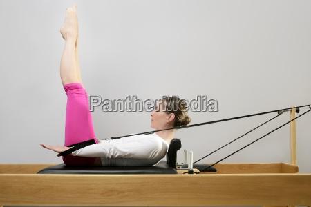 fitnessraum frau pilates stretching sport im