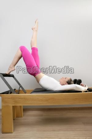 pilates reformer frau gym fitness lehrer