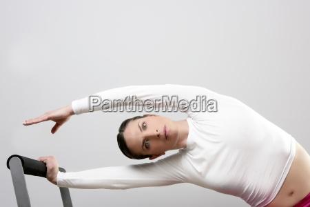 gymnastikfrau pilates die sport im reformerbett