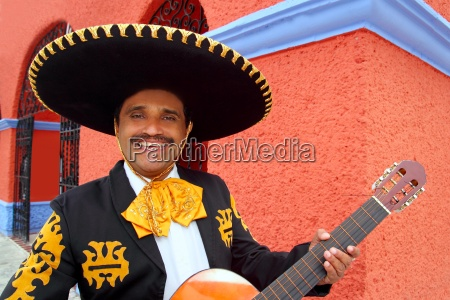 charro mariachi tocando violao mexico casas