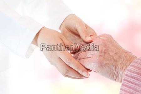 doctor sosteniendo la mano de la