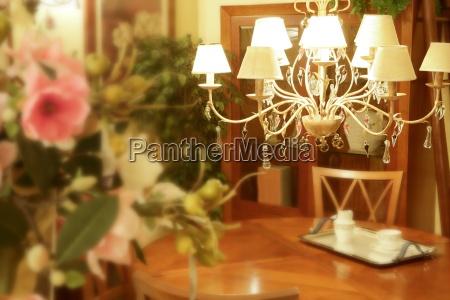 hoelzernes wohnzimmer des barocken italienischen leuchters