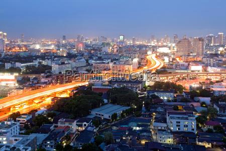 bangkok dowtown in der daemmerung
