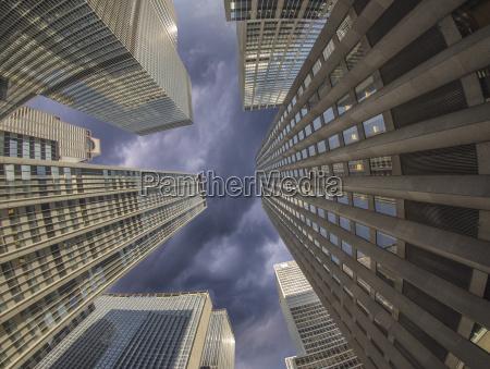 bewoelkten himmel ueber new york city