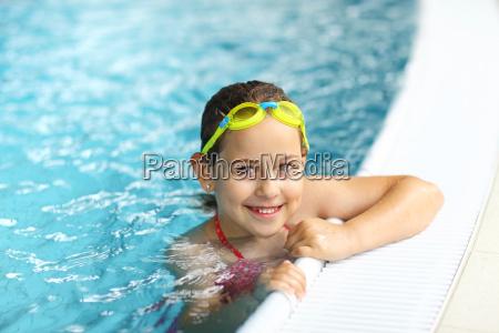 maedchen mit schutzbrillen im schwimmbad