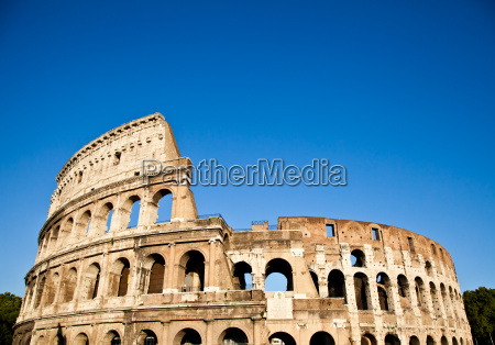 kolosseum mit blauem himmel