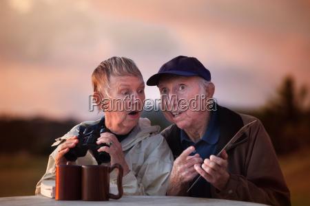 seniorenpaar mit fernglas