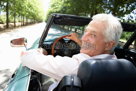 aelterer mann in der sportwagen