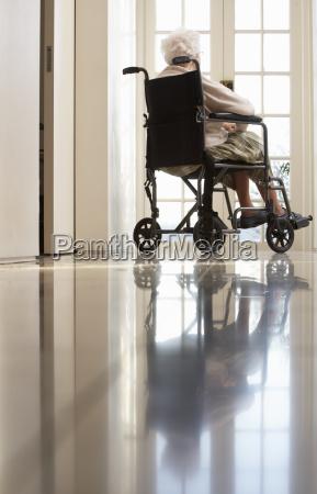 behinderte senior frau sitzt im rollstuhl