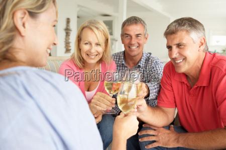paar im mittleren alter trinken zusammen