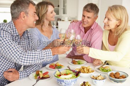 mittelalte paare geniessen das essen zu