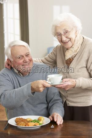 ältere, paare, die, zusammen, mahlzeit - 7177081