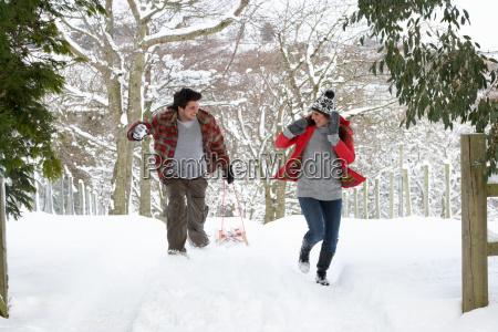 junge paare die schneeballschlacht