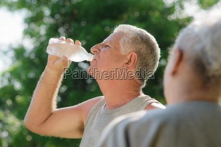 senioren trinkwasser nach fitness im park