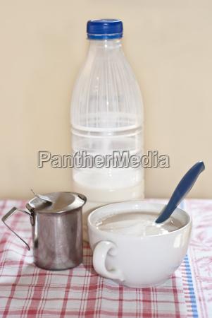 milchflasche und kapuziner auf dem tisch