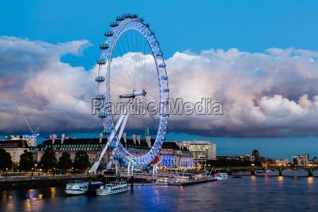 london eye und riesige wolke auf