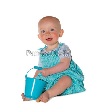 entzueckende baby mit einem loeffel spielen
