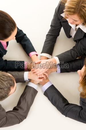 frau handbewegung hand freundschaft haende handschlag