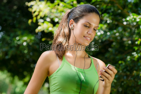 frau mit mp3 player hoeren musik