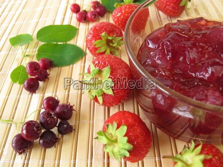 konfituere mit erdbeeren und felsenbirnen