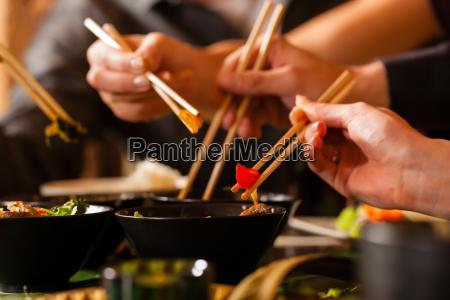 junge, leute, essen, in, einem, thai - 7270153