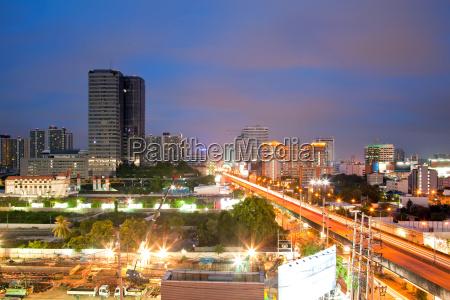 bangkok autobahn und gebaeude in der