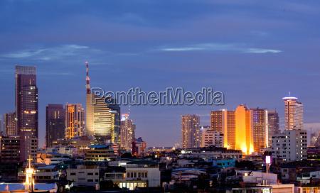 bangkok stadtzentrum in der daemmerung